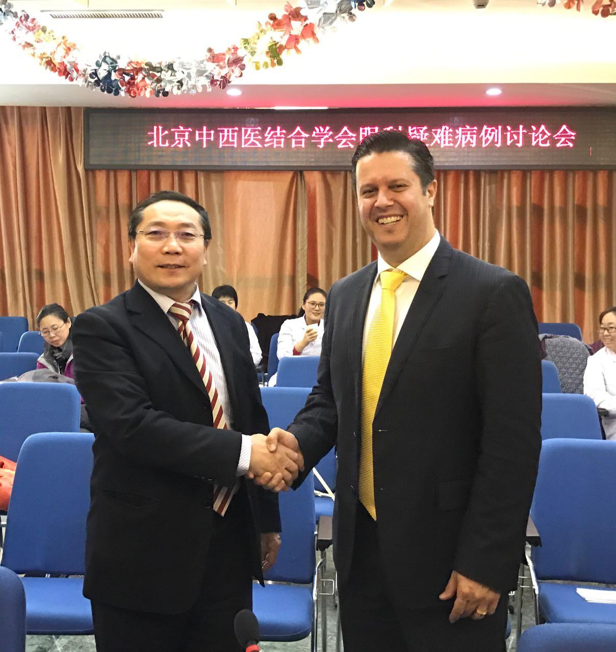 André Romano, ao lado do representante do governo chinês