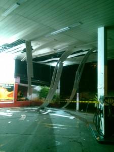 Até o teto do posto, foi atingido pela explosão.