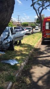 Motorista perdeu o controle após passar sobre uma valeta.