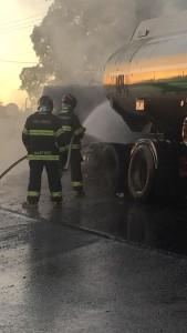 Bombeiros, evitaram que o fogo atingisse a carga de etanol