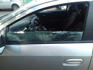 Veículo estava com o vidro quebrado.