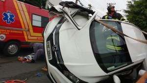 Carro atingido por veículo roubado
